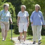 Короткие пешие прогулки после еды защитят пожилых от диабета